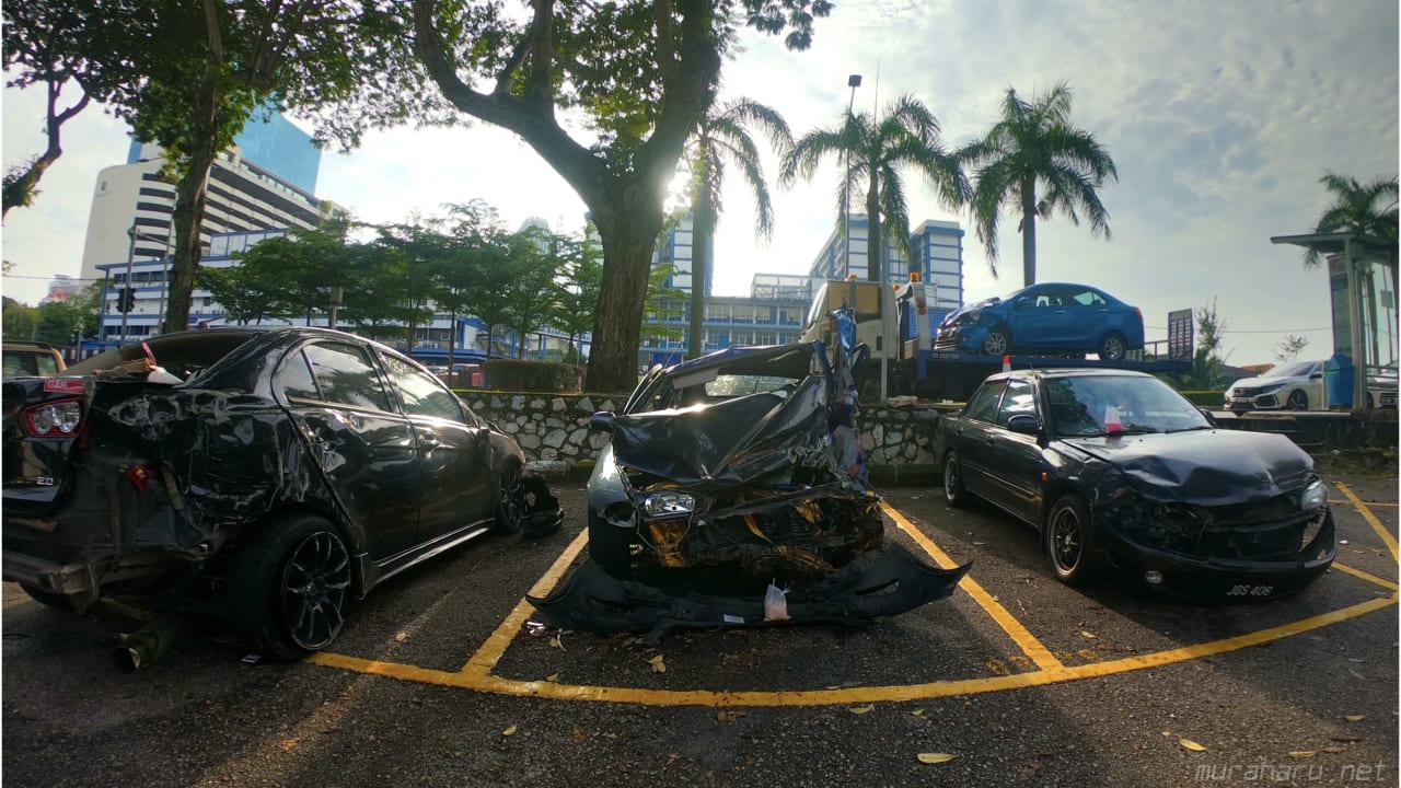 大破した車。