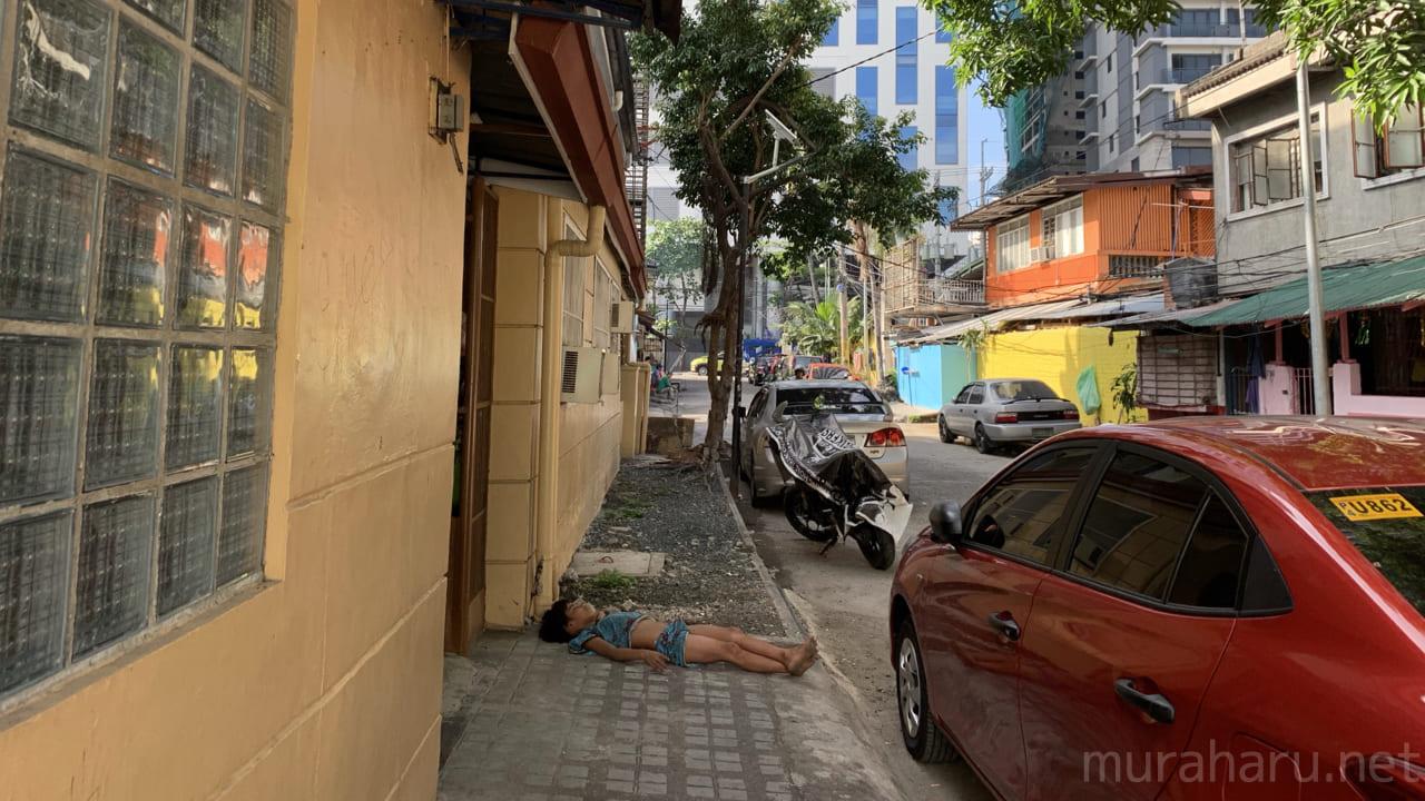 ゲストハウス前の歩道で寝る子供。
